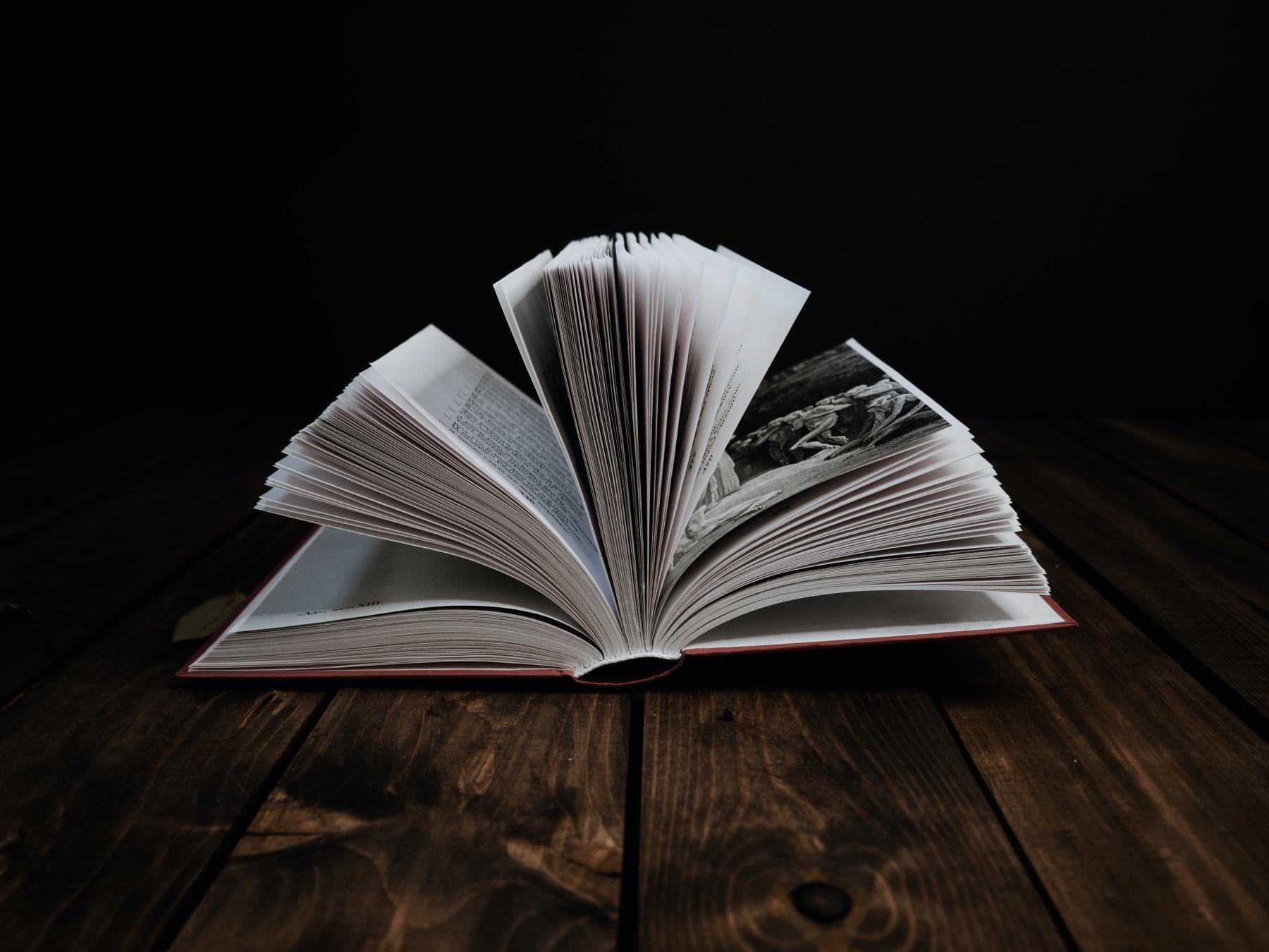 Развернутая книга на столе